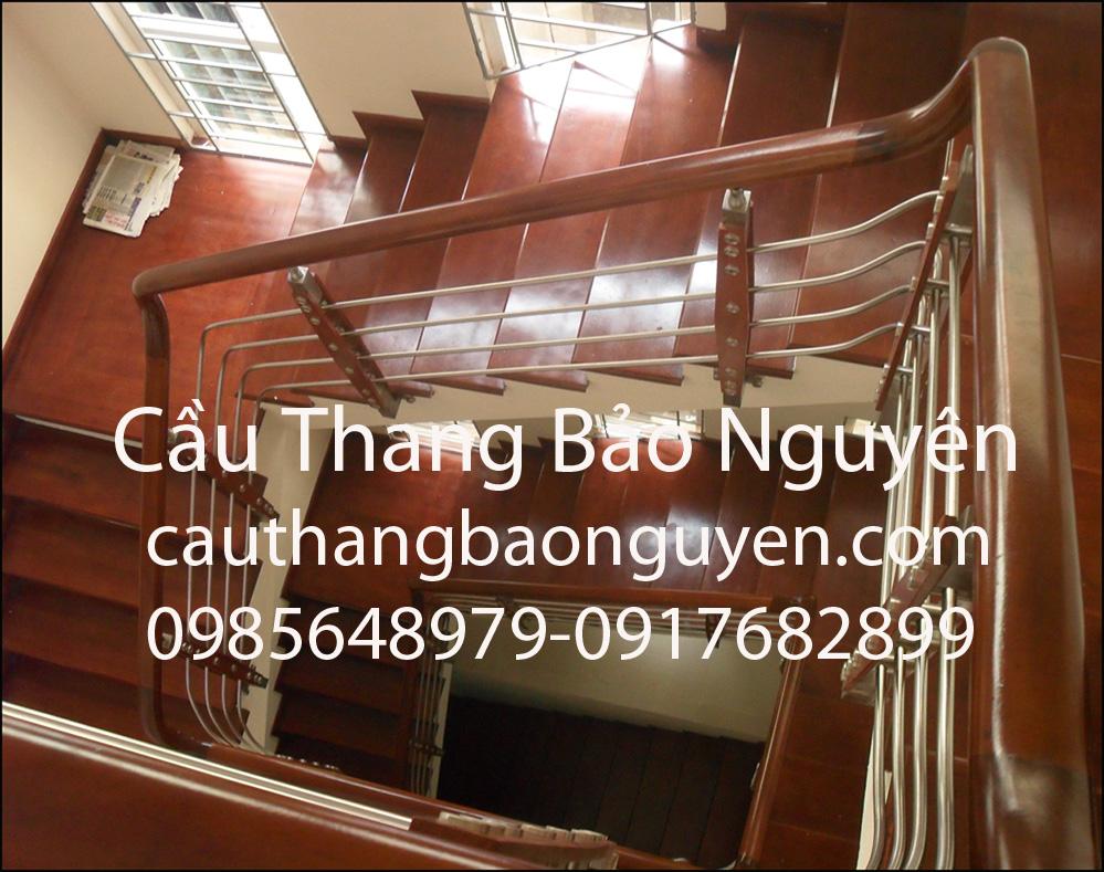 mẫu cầu thang inox bậc gỗ gõ đỏ đẹp M5