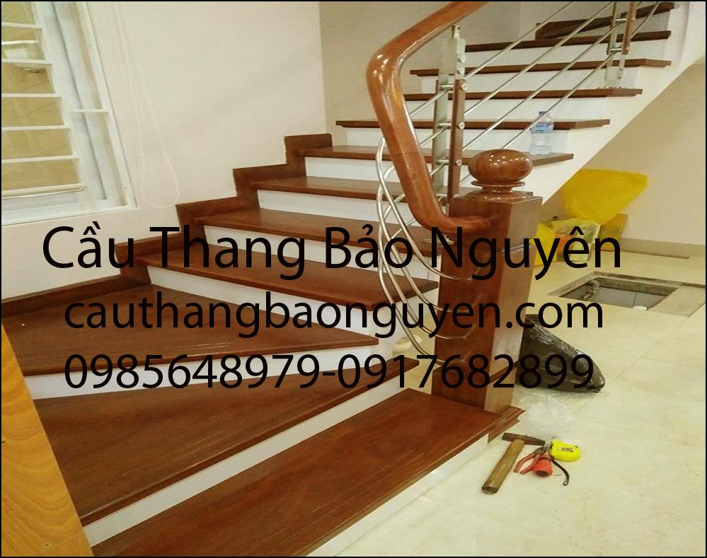 cầu thang ốp bậc gỗ tay vịn lan can inox M6