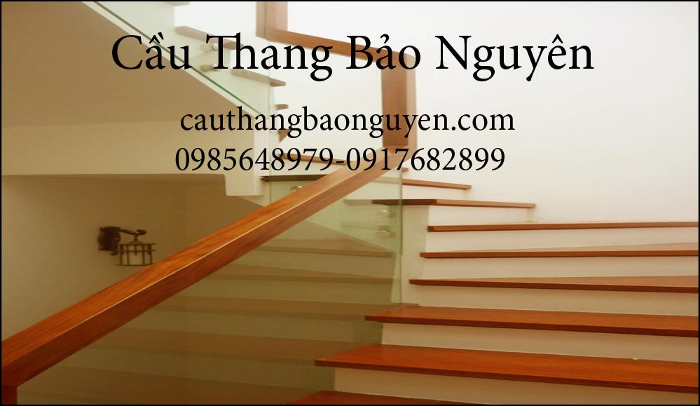 cầu thang mặt gỗ lan can kính ốp sườn đẹp M6