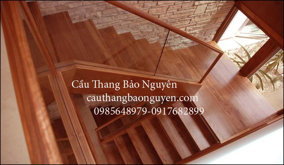 Mẫu cầu thang ốp bậc gỗ lim và lan can kính hiện đại đẹp M8