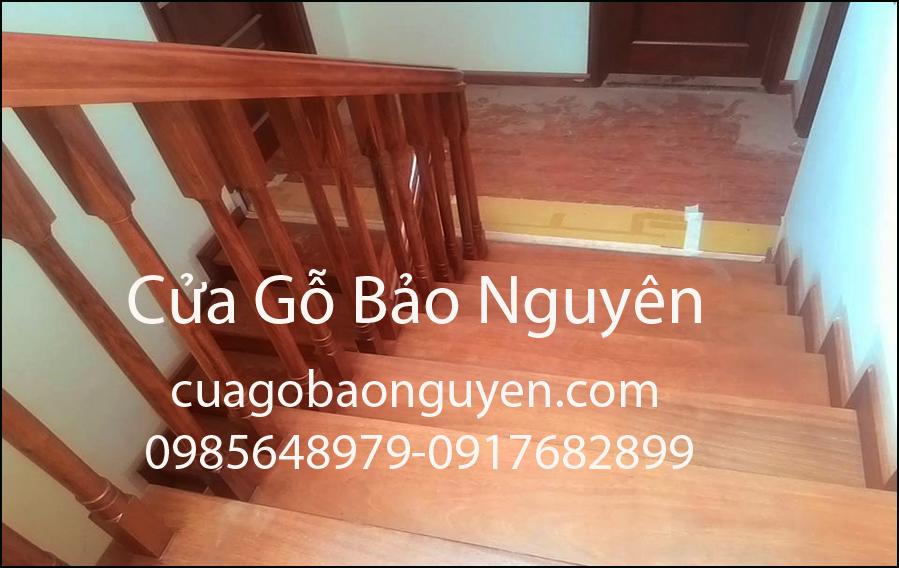 Mẫu cầu thang mặt bậc ốp gỗ song tiện 2 đầu vuông M5