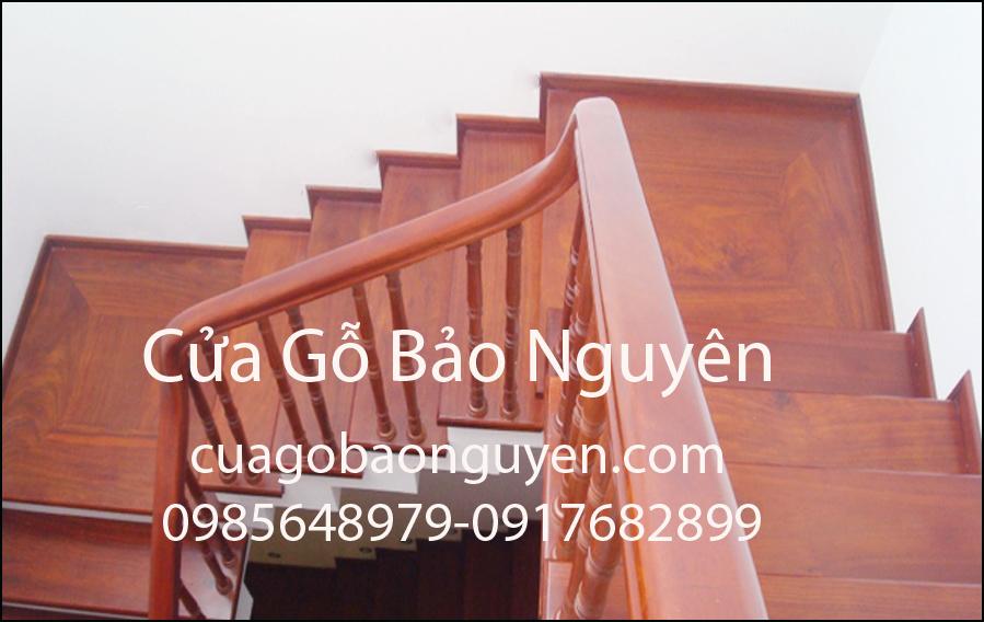 mẫu cầu thang ốp gỗ song kép lim nam phi đẹp M8
