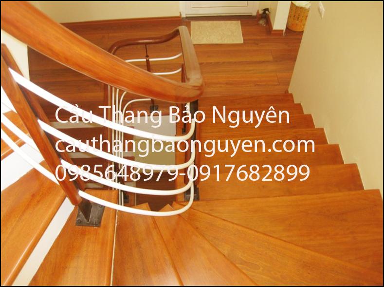 cầu thang bạc gỗ lan can sắt đẹp gỗ lim lào M1