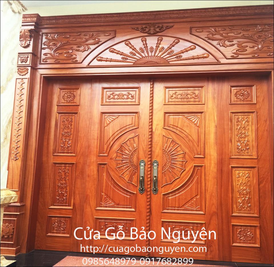 Mẫu cửa đi mặt tiền đại sảnh 4 cánh chạm khắc đẹp M12