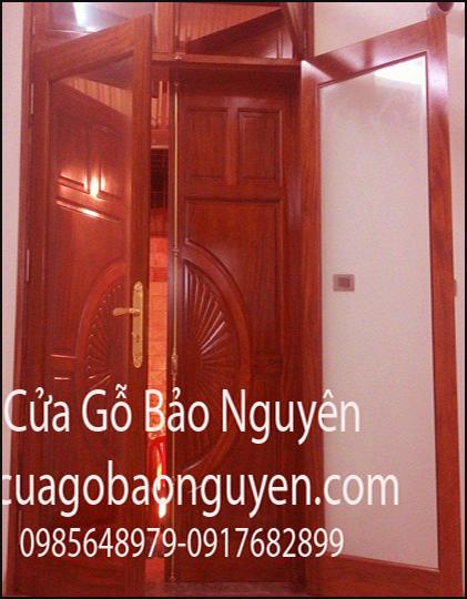 cửa đi 2 cánh vòm đục quạt gỗ lim công gô M12